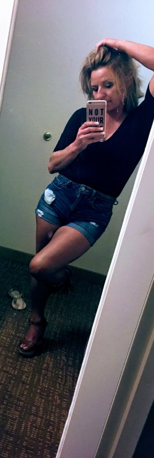 Roudayna escort girl in California City CA
